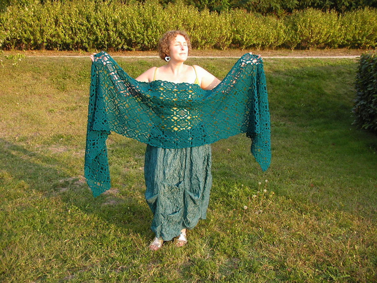 Fascinating! Oversized Crochet Lace Stole in Deep Green - Fascinosa! maxi stola crochet verde cupo