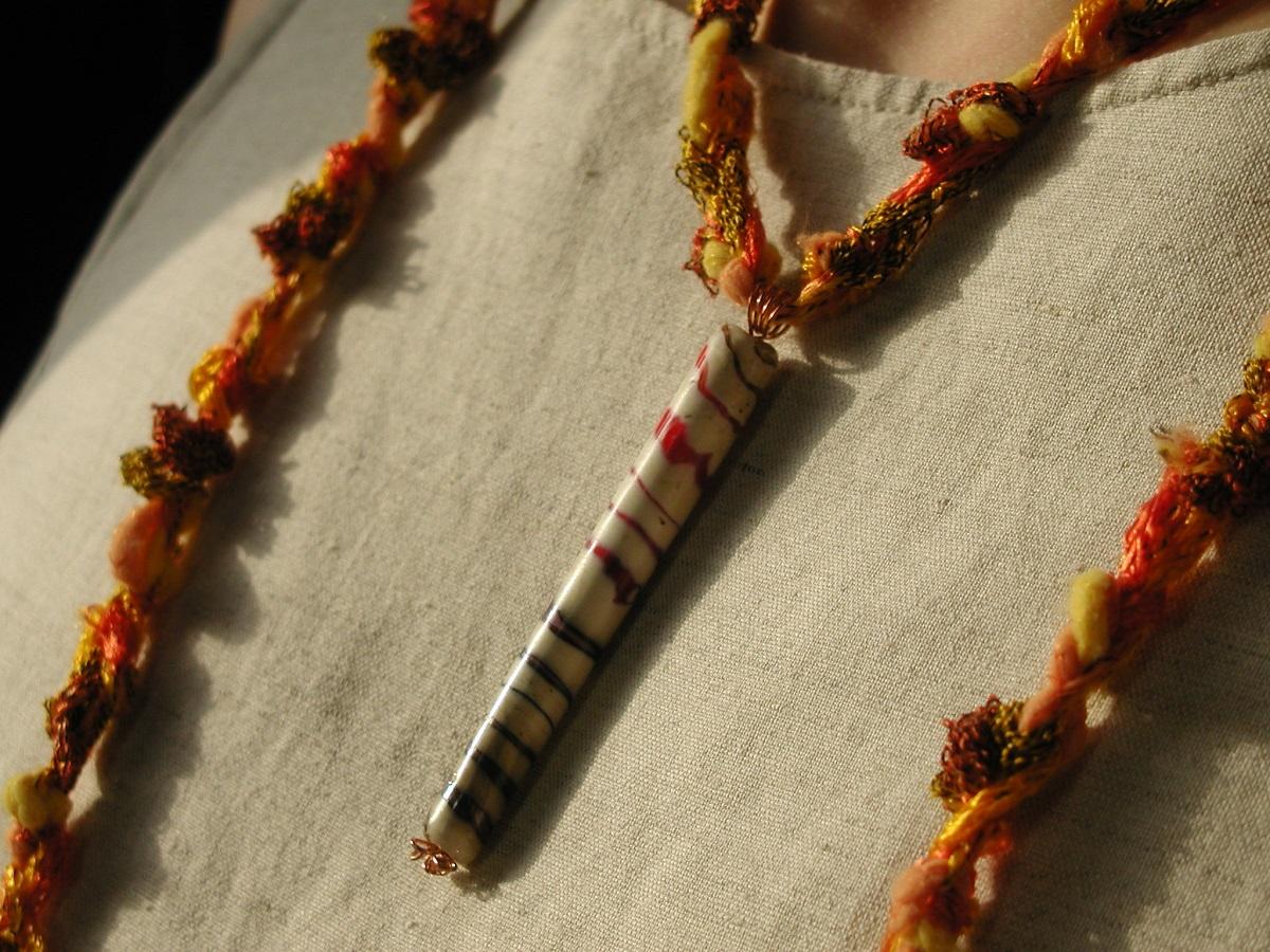 """Treasure on the Seashore Crochet Necklace with Artistic Hand-Lampworked Glass Bead - Collana crochet con perla in vetro artistico lavorato a mano """"Tesoro Sulla Spiaggia"""""""