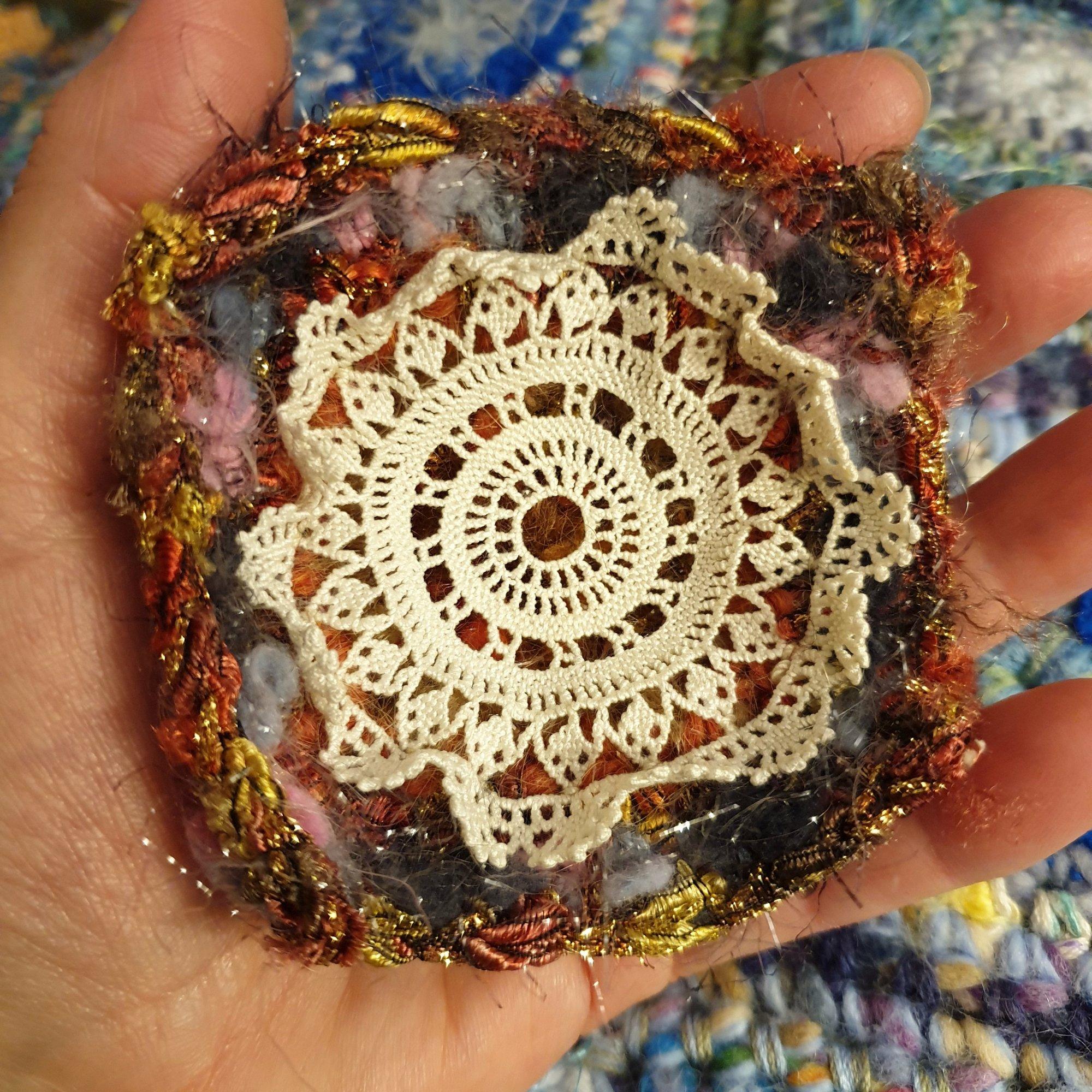 Abstract Flower #5 RRR Fiber Art Brooch - Fiore Astratto #5 spilla fiber art RRR